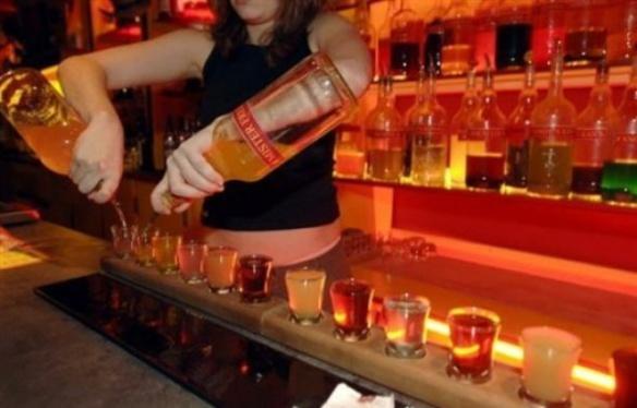 648x415_serveuse-nantes-prepare-metre-shooters-petits-cocktails-alcool-fort-26-janvier-2008-1