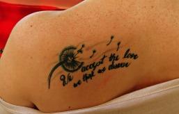 tatouage femme phrase pissenlit, à retrouver sur http://www.tatouage-femme.fr/;