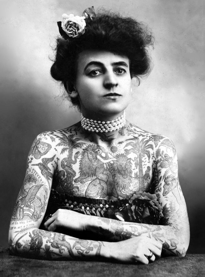 Femme au corps tatoue, Plaza Gallery, Los Angeles, California, 1907. --- Portrait of a woman showing images tattooed on her body, the Plaza Gallery, Los Angeles, California, 1907.
