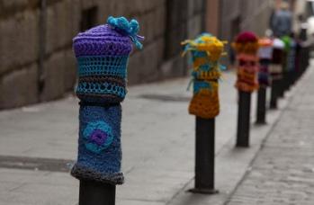 yarn-bombing-knitted-pillars-2